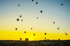 Cappadocia, Goreme, Anatolia, Turquía: Opinión de las siluetas de la puesta del sol del paseo del globo del aire caliente Silueta imagen de archivo