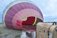 Cappadocia, Goreme, Turquía El proceso de inflar los globos del aire caliente imagen de archivo