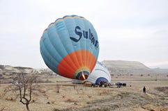 Cappadocia lotniczego balonu balonu wypadek przed lotem w Cappadocia, Turcja obrazy royalty free