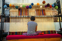CAPPADOCIA - MAJ 17: Kvinna som arbetar på tillverkningen av matta Arkivbild