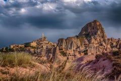 cappadocia Sikt av vaggaslotten av staden av Uchisar till och med dalen av Guyerchinlik under en åskväder fotografering för bildbyråer