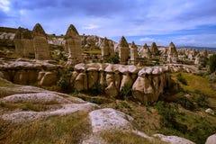 Cappadocia Stad in de rots kolommen van verwering canion nave Turkije stock foto