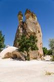Cappadocia, Turchia Colonna dalla testa molta residenziale di alterazione causata dagli agenti atmosferici alla valle di Pashabag Fotografie Stock Libere da Diritti
