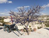 Cappadocia, Turchia Desideri gli incanti turchi decorati albero contro il malocchio Fotografia Stock
