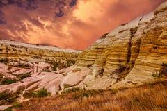 Cappadocia, Turchia Paesaggio della roccia vulcanica di tramonto, natio di Goreme Fotografia Stock