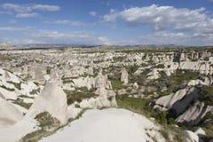 Cappadocia, Turchia Valle del piccione con le colonne di alterazione causata dagli agenti atmosferici fotografia stock