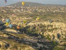 Cappadocia, TURCJA, Maj 02, 2016 gorące powietrze balon nad Cappadocia, Turcja - Zdjęcia Stock