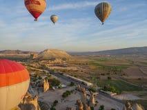 Cappadocia, TURCJA, Maj 02, 2016 gorące powietrze balon nad Cappadocia, Turcja - Zdjęcie Royalty Free