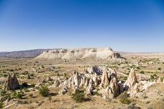 Cappadocia Turkiet Berglandskap i närheten av Cavusin med pelare av att rida ut (vagga utlöpare), Arkivbild