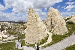 Cappadocia Turkiet Berglandskapet med grottor i vaggar i den Goreme nationalparken Arkivfoto