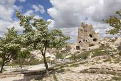 Cappadocia Turkiet Berglandskapet med grottor i vaggar i nationalparken av Goreme Arkivfoto