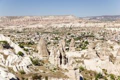 Cappadocia Turkiet Den pittoreska bergdalen med pelare av att rida ut i närheten av Uchisar Arkivfoton