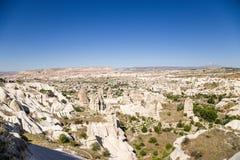 Cappadocia Turkiet Den pittoreska bergdalen med pelare av att rida ut inte långt från Uchisar Arkivfoto