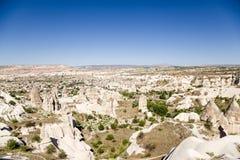 Cappadocia Turkiet Den pittoreska bergdalen med pelare av att rida ut nära staden av Uchisar Fotografering för Bildbyråer