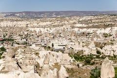 Cappadocia Turkiet Den pittoreska bergdalen med pelare av att rida ut och den Uchisar staden Royaltyfria Bilder