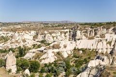 Cappadocia Turkiet Den pittoreska dalen av duvor med pelare av att rida ut Arkivfoton