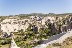 Cappadocia Turkiet Den pittoreska dalen av duvor med pelare av att rida ut nära staden av Uchisar Royaltyfri Fotografi