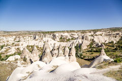 Cappadocia Turkiet Den pittoreska dalen av duvor med pelare av att rida ut nära staden av Uchisar Royaltyfri Bild