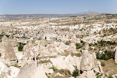 Cappadocia Turkiet Den pittoreska dalen av duvor med pelare av att rida ut och den forntida staden av Uchisar Royaltyfri Foto