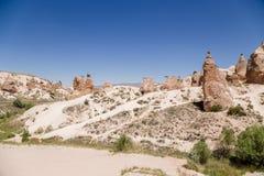Cappadocia Turkiet Den pittoreska dalen Devrent med diagram av att rida ut Vänstersida vaggar kamlet Arkivfoton