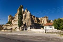 Cappadocia Turkiet Det pittoreskt vaggar med konstgjorda forntida grottor i Cavusin Arkivfoto