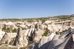 Cappadocia Turkiet Exotiskt landskap med pelare av att rida ut i dalen av duvor nära staden av Uchisar Royaltyfri Bild