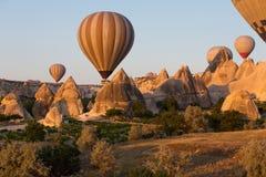 Cappadocia Turkiet flyget med ballongen på sunris arkivbild