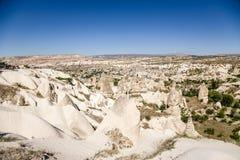 Cappadocia Turkiet Härligt landskap med pelare av att rida ut i dalen av duvor nära staden av Uchisar Royaltyfria Bilder