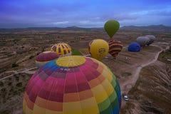 Cappadocia Turkiet - JUNI 01,2018: Festival av ballonger Flyg på en färgrik ballong mellan Europa och Asien Uppfyllelse av desien Royaltyfri Fotografi