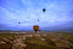 Cappadocia Turkiet - JUNI 01,2018: Festival av ballonger Flyg på en färgrik ballong mellan Europa och Asien Uppfyllelse av desien Arkivfoton