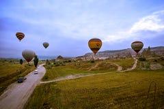 Cappadocia Turkiet - JUNI 01,2018: Festival av ballonger Flyg på en färgrik ballong mellan Europa och Asien Uppfyllelse av desien Arkivbilder