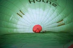 Cappadocia Turkiet - JUNI 01,2018: Festival av ballonger Flyg på en färgrik ballong mellan Europa och Asien Uppfyllelse av desien Royaltyfria Bilder
