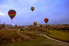 Cappadocia Turkiet - JUNI 01,2018: Festival av ballonger Flyg på en färgrik ballong mellan Europa och Asien Uppfyllelse av desien Royaltyfri Foto