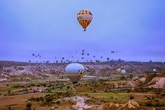 Cappadocia Turkiet - JUNI 01,2018: Festival av ballonger Flyg på en färgrik ballong mellan Europa och Asien Uppfyllelse av desien Fotografering för Bildbyråer