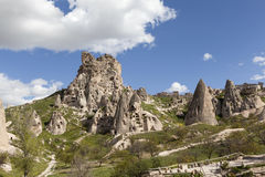 Cappadocia Turkiet Landskapet med grottor i vaggar i nationalparken av Goreme Fotografering för Bildbyråer