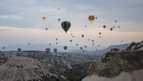 Cappadocia Turkiet - November 15, 2014: Ballongflygande för varm luft i Cappadocia - Turkiet arkivfoton