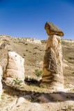 Cappadocia Turkiet Pelare av att rida ut (outliers, buttes) i närheten av Cavusin Royaltyfria Bilder