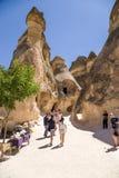 Cappadocia Turkiet Turister som besöker celler som snidas in i, vaggar i dalen av munkarna (Pashabag) fotografering för bildbyråer