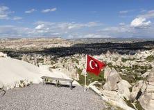 CAPPADOCIA, TURKIJE - MEI 06, 2015: Foto van Bank en de vlag van Turkije bij de rand van Duifvallei Stock Afbeelding