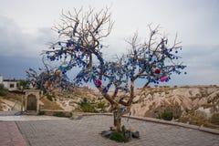 Cappadocia, Turquía Desee los encantos turcos adornados árbol contra el mal de ojo fotografía de archivo libre de regalías