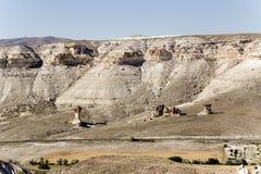 Cappadocia, Turquía Paisaje de la montaña cerca de los afloramientos de la piedra de Cavusin (posts de la erosión) Fotografía de archivo libre de regalías