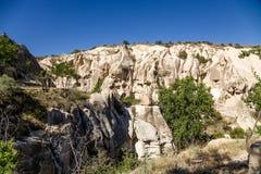 Cappadocia, Turquía Parque nacional de Goreme: las paredes de barranco con las cuevas artificiales antiguas Foto de archivo libre de regalías