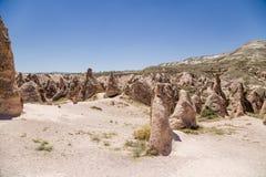 Cappadocia, Turquia Ajardine com figuras bonitas da resistência em um vale da montanha Foto de Stock Royalty Free