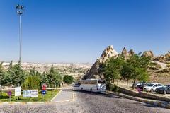 Cappadocia, Turquia Estacionamento do carro perto da entrada ao museu do ar livre de Goreme Imagem de Stock