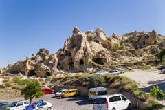 Cappadocia, Turquia Estacionamento do carro perto do museu do ar livre de Goreme Imagens de Stock