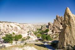Cappadocia, Turquia Rochas pitorescas com as cavernas no museu do ar livre Foto de Stock