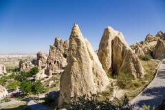 Cappadocia, Turquia Rochas pitorescas com as cavernas no museu do ar livre no parque nacional de Goreme Imagem de Stock