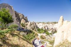 Cappadocia, Turquia Turistas no museu do ar livre no parque nacional de Goreme Fotos de Stock Royalty Free