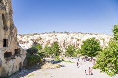 Cappadocia, Turquia Turistas no museu do ar livre no parque nacional de Goreme Foto de Stock Royalty Free