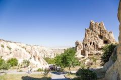 Cappadocia, Turquia Turistas que visitam o complexo do monastério da caverna no museu do ar livre de Goreme Fotos de Stock Royalty Free